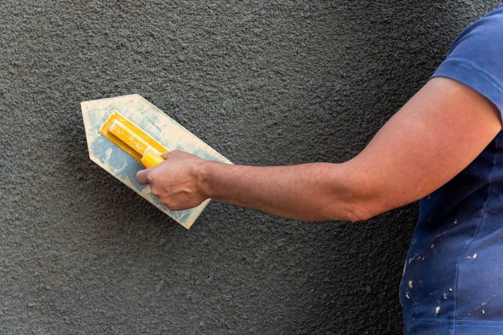 Нанасяне на мазилка на стена